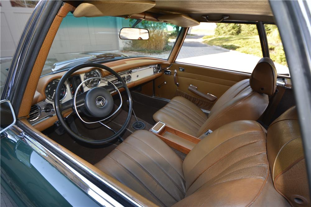 1970 MERCEDES-BENZ 280SL ROADSTER - Interior - 181401