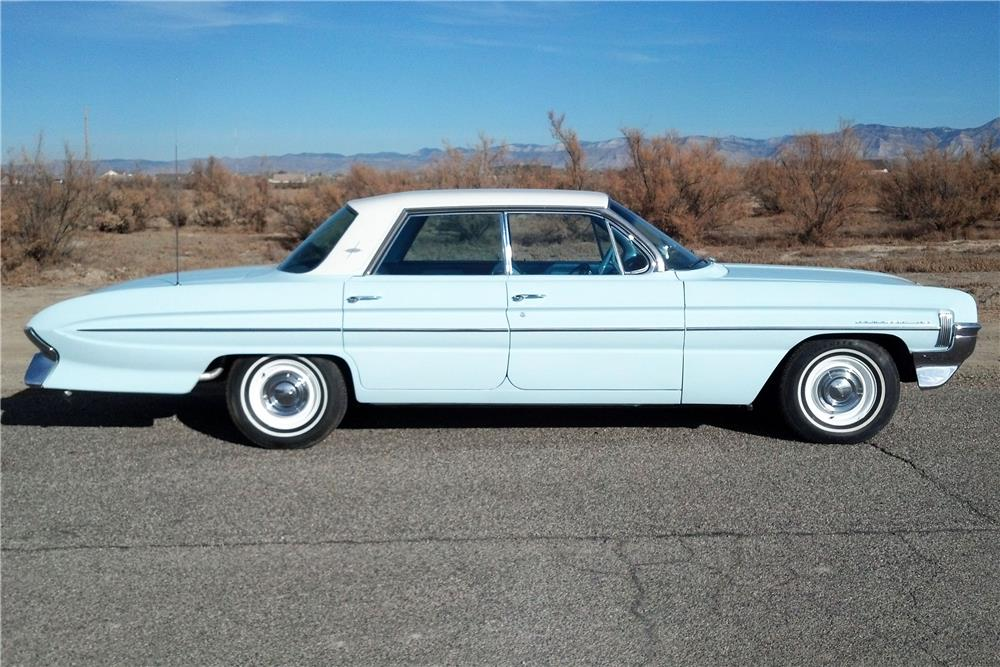 1961 OLDSMOBILE DYNAMIC 88 4 DOOR - Side Profile - 182119
