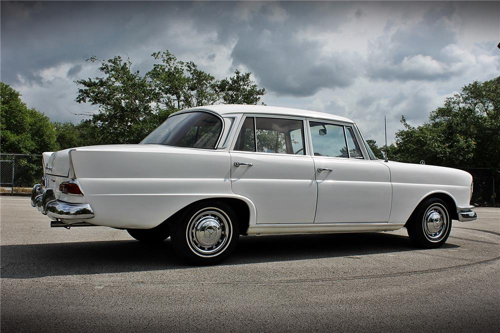 1965 MERCEDES-BENZ 220 SEDAN - Rear 3/4 - 185053