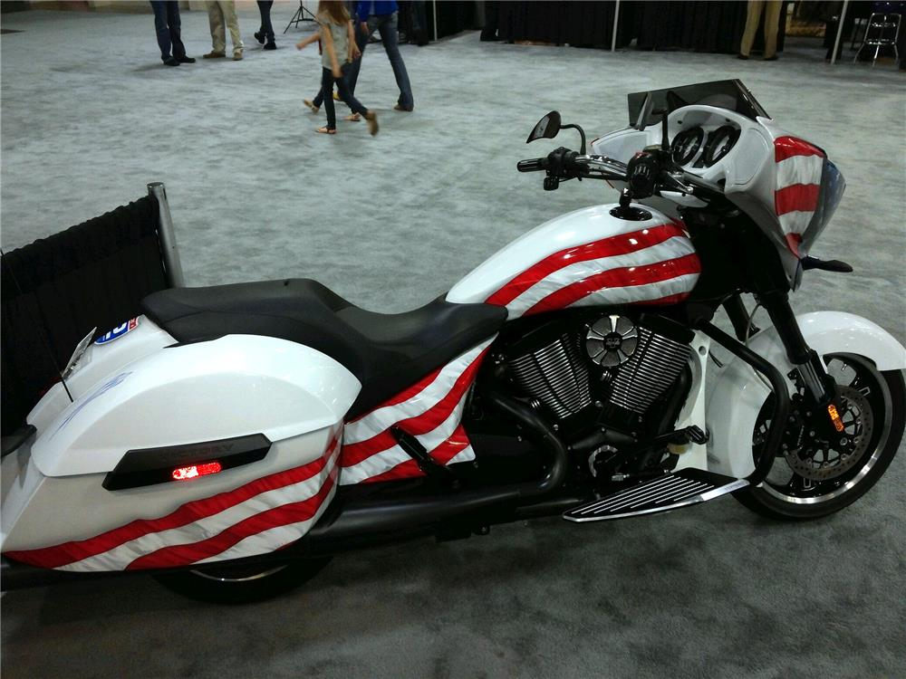 2014 VICTORY CROSS COUNTRY 8-BALL CUSTOM MOTORCYCLE - Side Profile - 185853