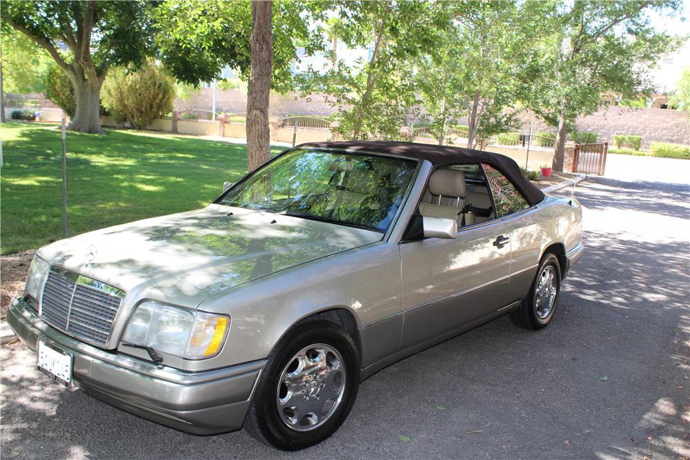 1994 MERCEDES-BENZ E320 CONVERTIBLE - Front 3/4 - 187091