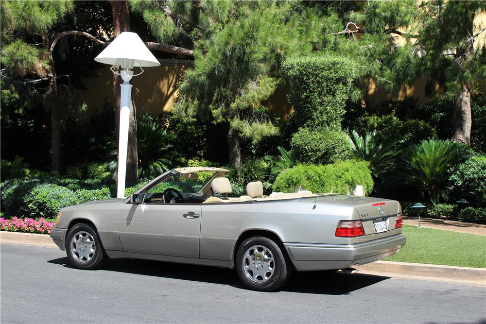 1994 MERCEDES-BENZ E320 CONVERTIBLE - Rear 3/4 - 187091