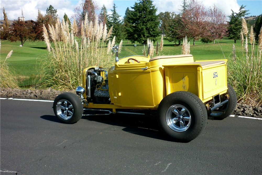 1932 FORD CUSTOM ROADSTER PICKUP - Rear 3/4 - 189165