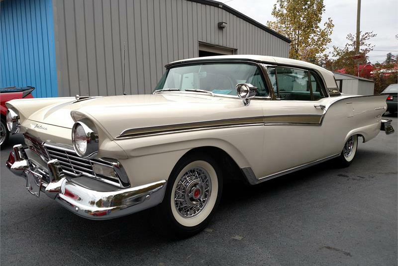 1957 FORD SKYLINER RETRACTABLE HARDTOP - Front 3/4 - 189920