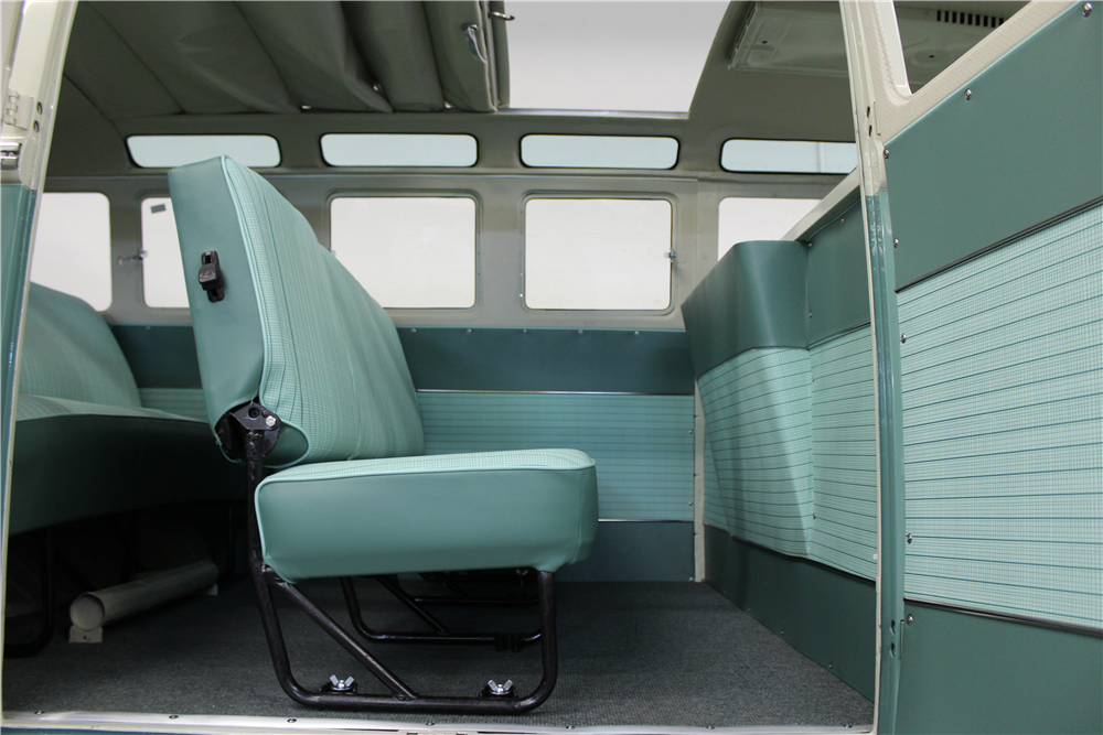 1966 VOLKSWAGEN 21-WINDOW BUS - Interior - 190081