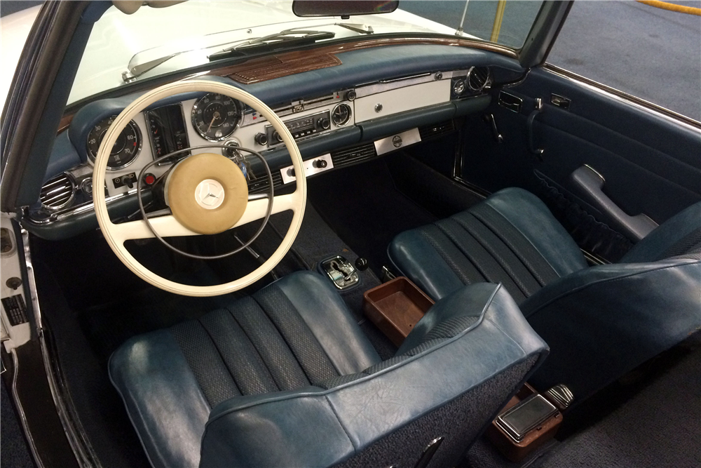 1968 MERCEDES-BENZ 250SL ROADSTER - Interior - 190639