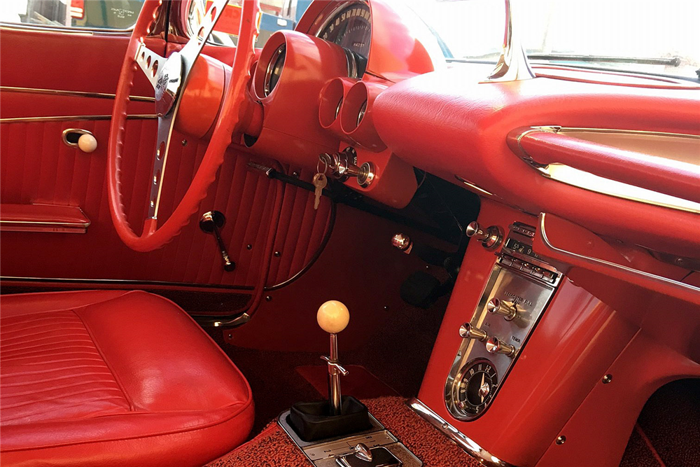 1962 CHEVROLET CORVETTE CONVERTIBLE - Interior - 192513
