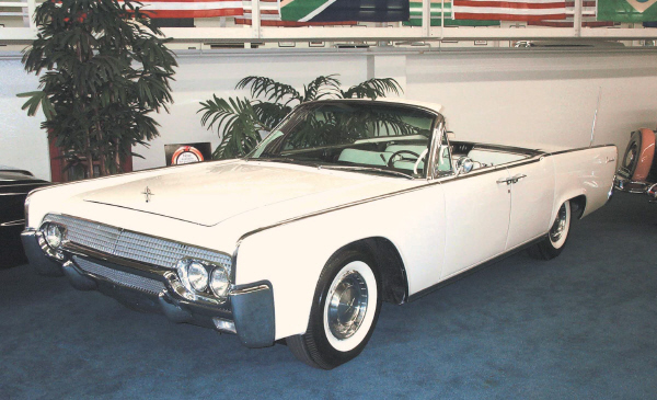 1961 LINCOLN CONTINENTAL CONVERTIBLE - Front 3/4 - 19511