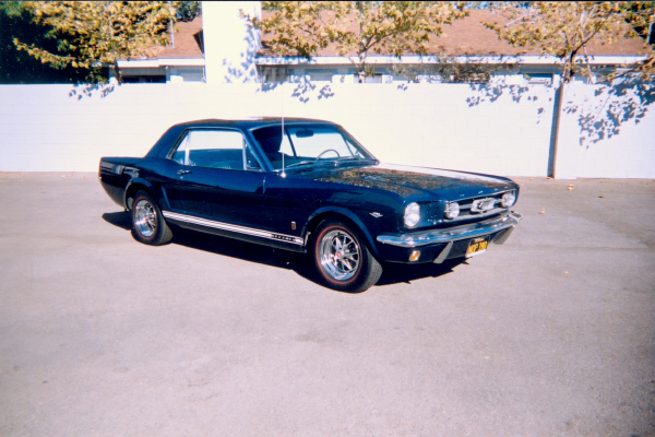 1965 FORD MUSTANG COUPE - Front 3/4 - 19536