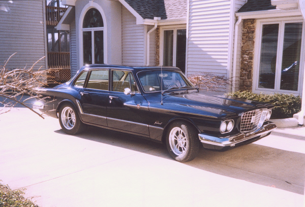 1961 PLYMOUTH VALIANT SEDAN - Front 3/4 - 19728