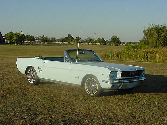 1966 FORD MUSTANG CONVERTIBLE - Front 3/4 - 20123