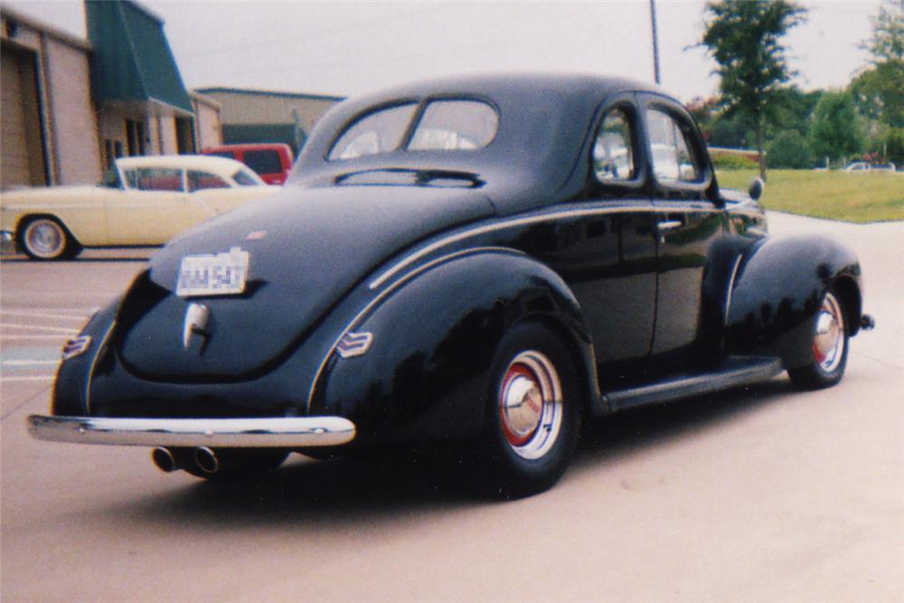 1940 FORD CUSTOM COUPE - Rear 3/4 - 21255