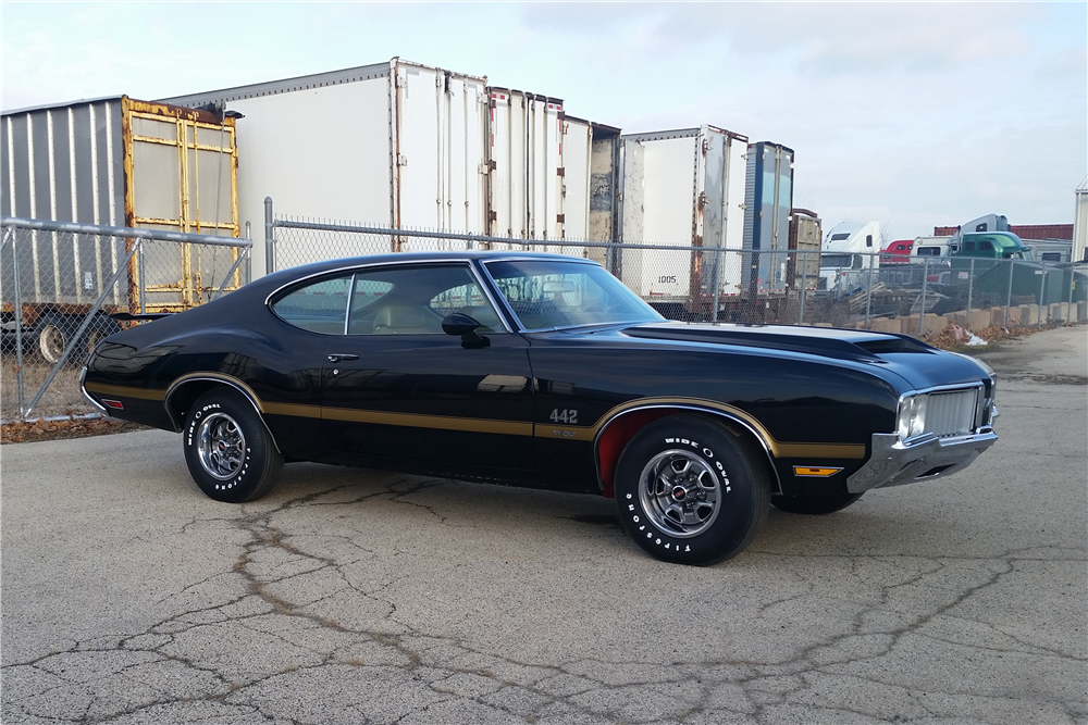 1970 OLDSMOBILE 442 W30 HOLIDAY COUPE - Front 3/4 - 212555