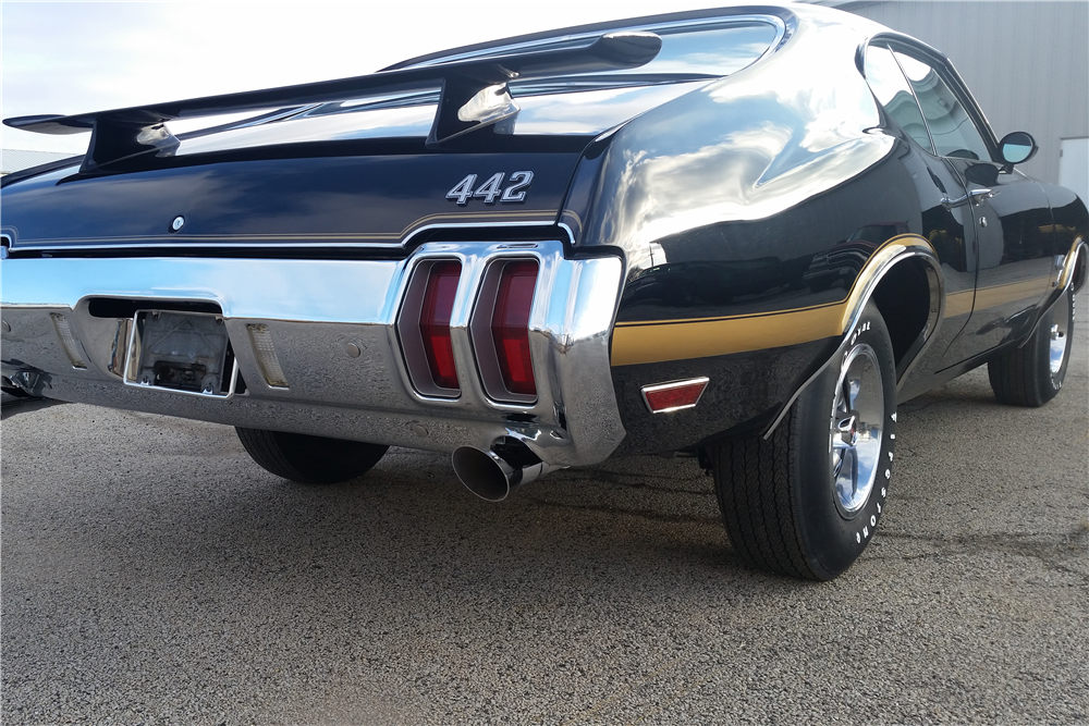 1970 OLDSMOBILE 442 W30 HOLIDAY COUPE - Rear 3/4 - 212555