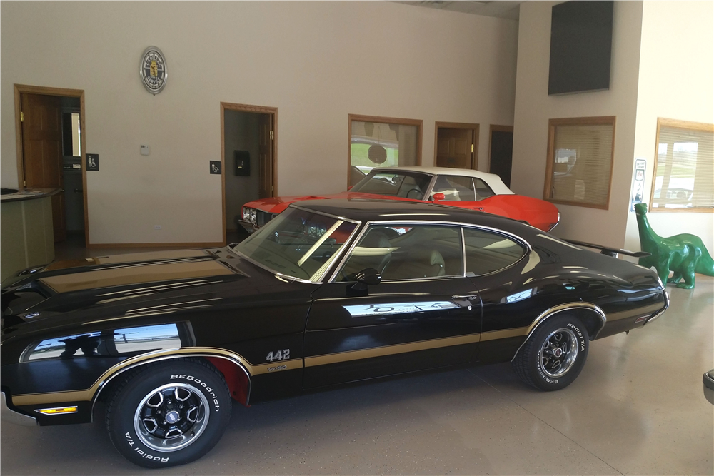 1970 OLDSMOBILE 442 W30 HOLIDAY COUPE - Side Profile - 212555