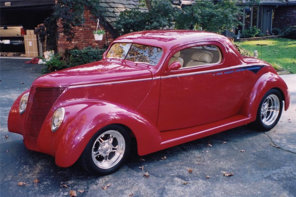 1937 FORD CUSTOM COUPE - Front 3/4 - 21270