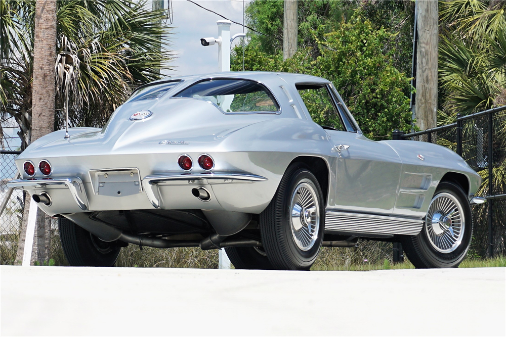 1963 CHEVROLET CORVETTE 327/340 SPLIT-WINDOW COUPE - Rear 3/4 - 219920