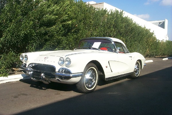 1962 CHEVROLET CORVETTE CONVERTIBLE 2-TOP - Front 3/4 - 22345