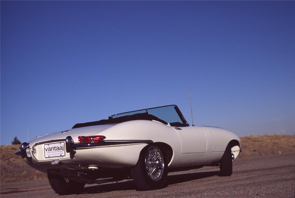 1965 JAGUAR E-TYPE CONVERTIBLE - Rear 3/4 - 43366