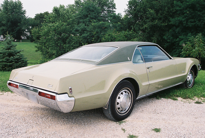 1969 OLDSMOBILE TORONADO 2 DOOR COUPE - Rear 3/4 - 43424
