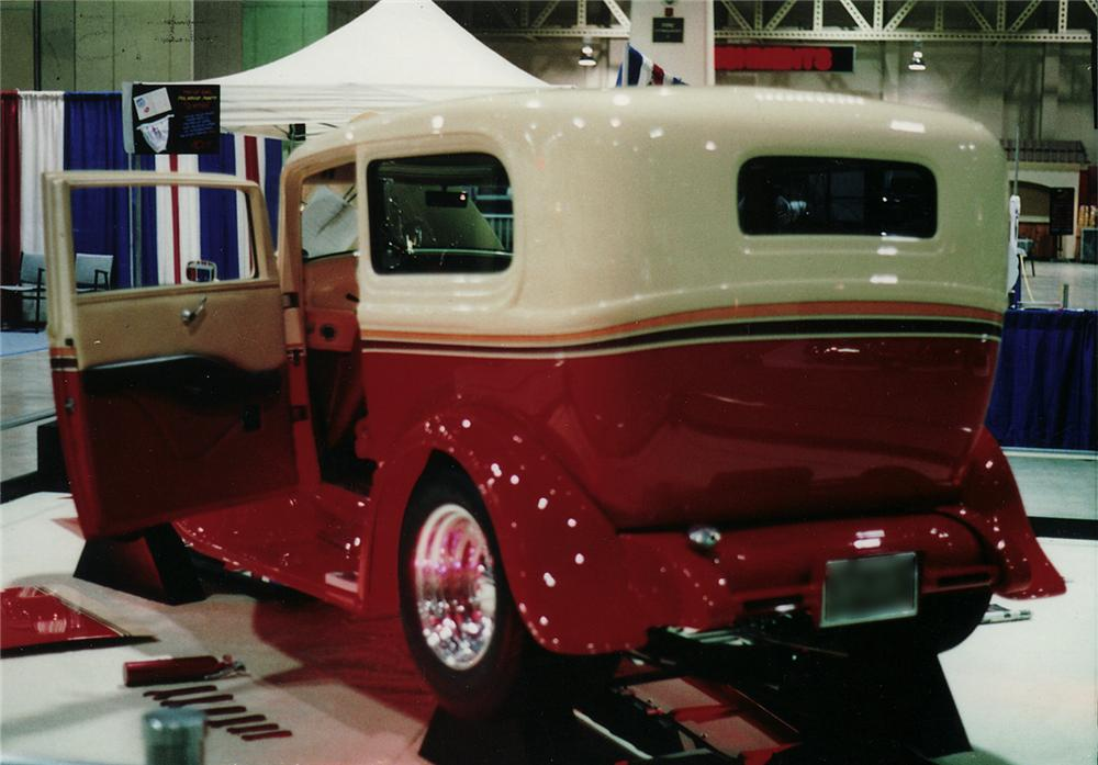 1932 FORD CUSTOM 2 DOOR SEDAN - Rear 3/4 - 44098