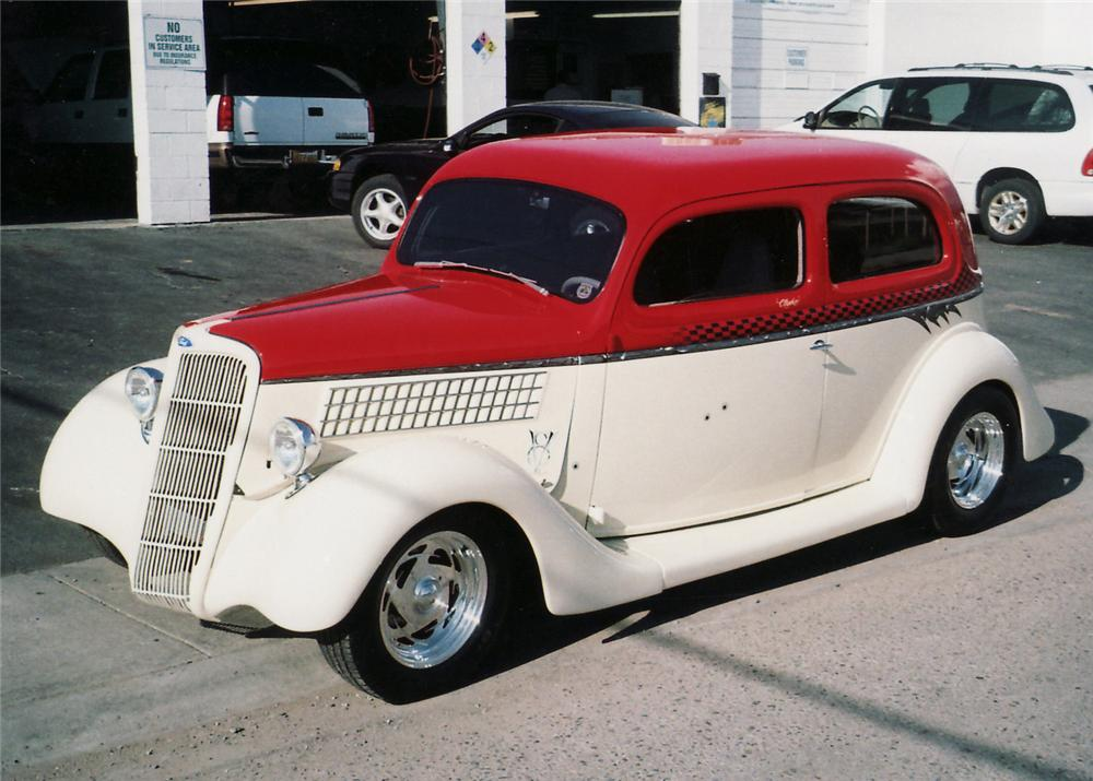 1935 FORD CUSTOM 2 DOOR SEDAN - Front 3/4 - 61112