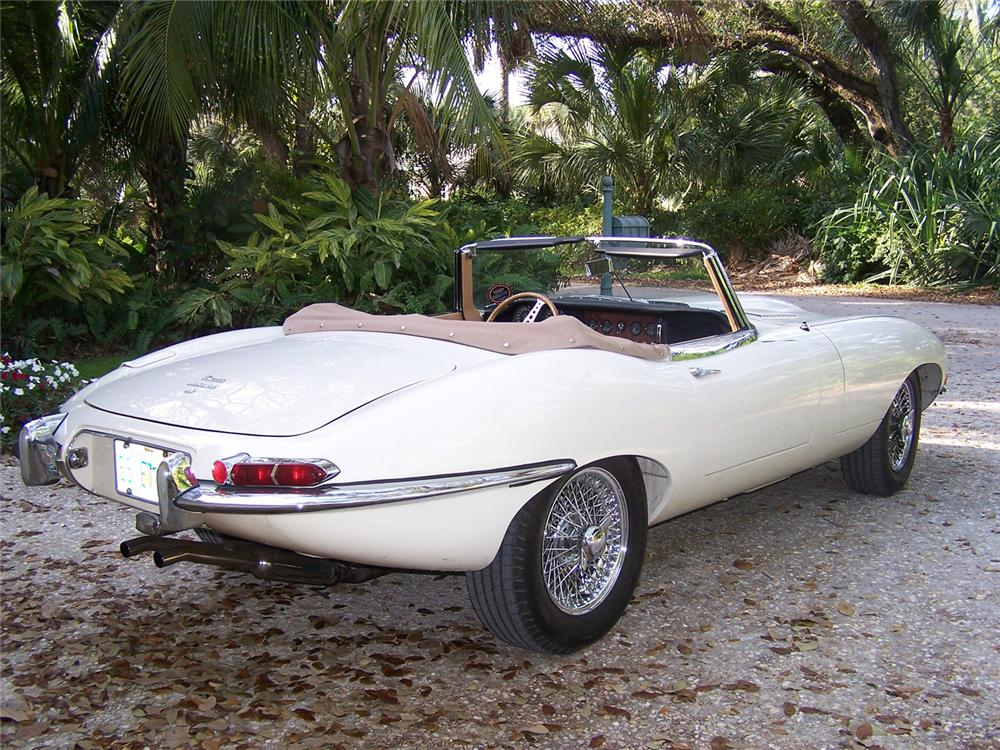 1965 JAGUAR E-TYPE CONVERTIBLE - Rear 3/4 - 63975
