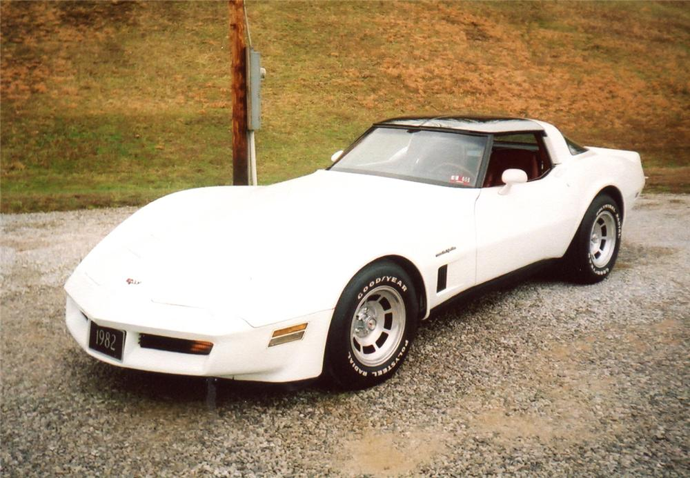 1982 CHEVROLET CORVETTE COUPE - Front 3/4 - 64355