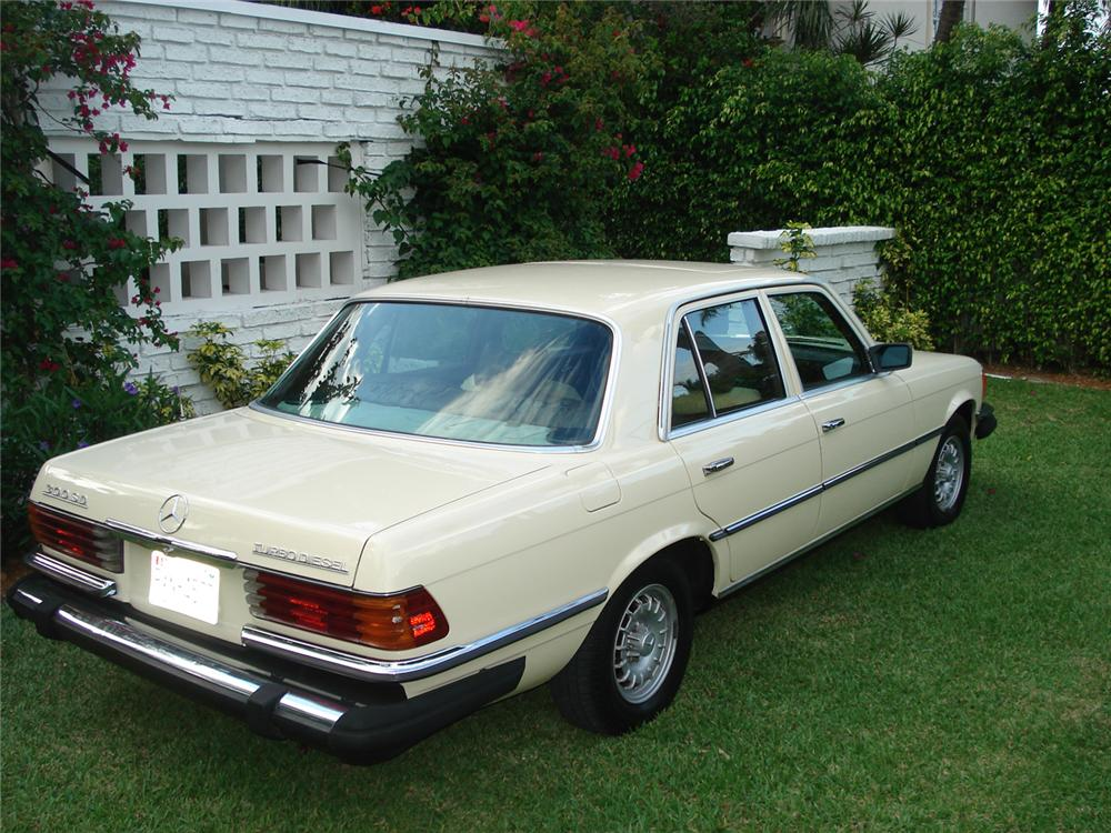 1978 MERCEDES-BENZ 300SD 4 DOOR SEDAN - Rear 3/4 - 65277
