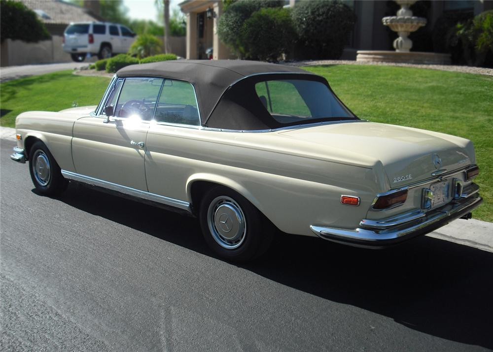 1970 MERCEDES-BENZ 280SE CONVERTIBLE - Rear 3/4 - 65871
