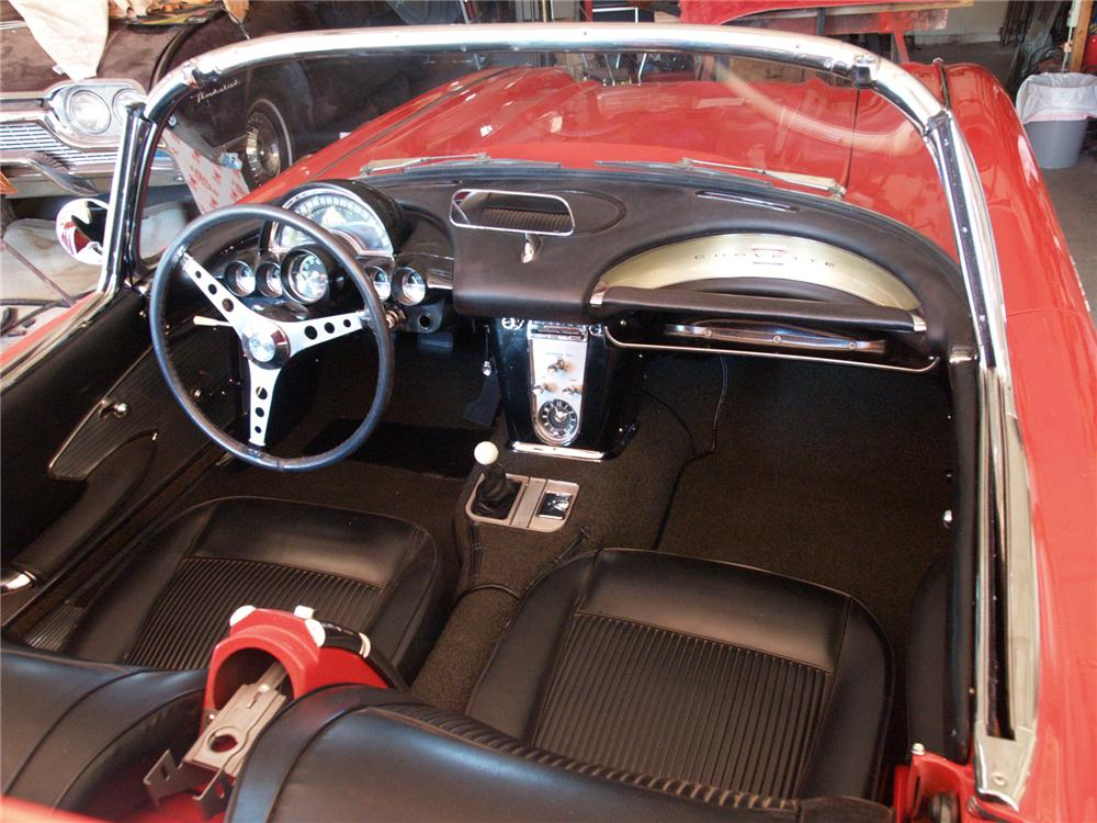 1961 CHEVROLET CORVETTE CONVERTIBLE - Interior - 71642