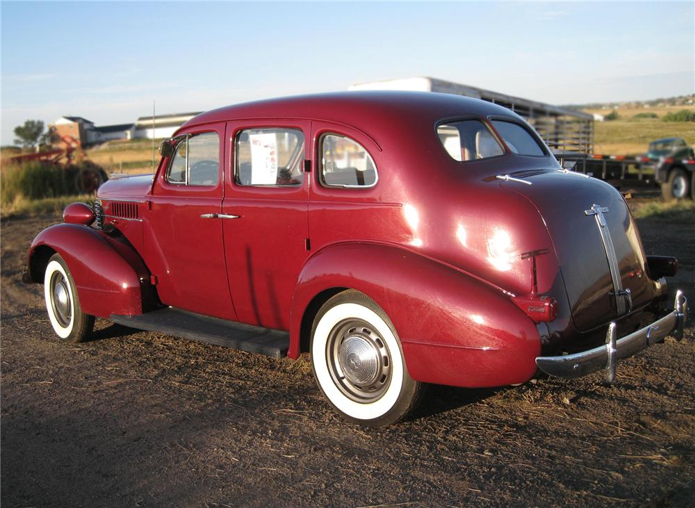 1938 PONTIAC 4 DOOR SEDAN - Rear 3/4 - 79647