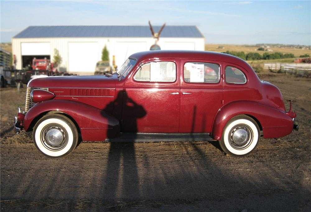 1938 PONTIAC 4 DOOR SEDAN - Side Profile - 79647