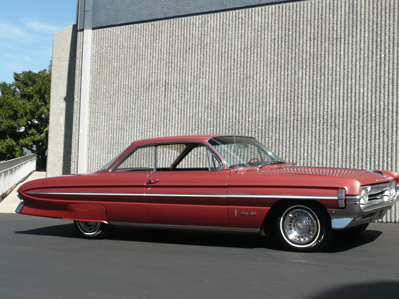 1961 OLDSMOBILE 98 HOLIDAY COUPE - Front 3/4 - 80982