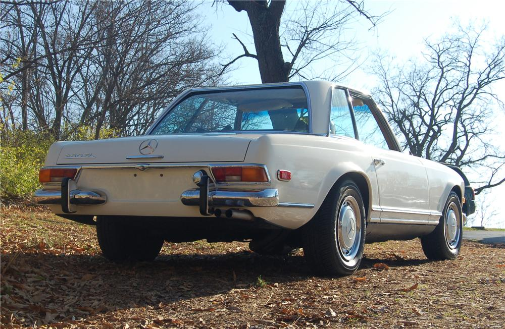 1969 MERCEDES-BENZ 280SL CONVERTIBLE - Rear 3/4 - 81318