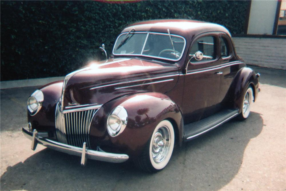 1939 FORD CUSTOM COUPE - Front 3/4 - 81346