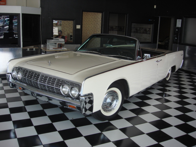 1962 LINCOLN CONTINENTAL CONVERTIBLE - Front 3/4 - 81562