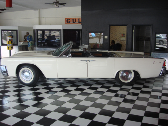 1962 LINCOLN CONTINENTAL CONVERTIBLE - Side Profile - 81562