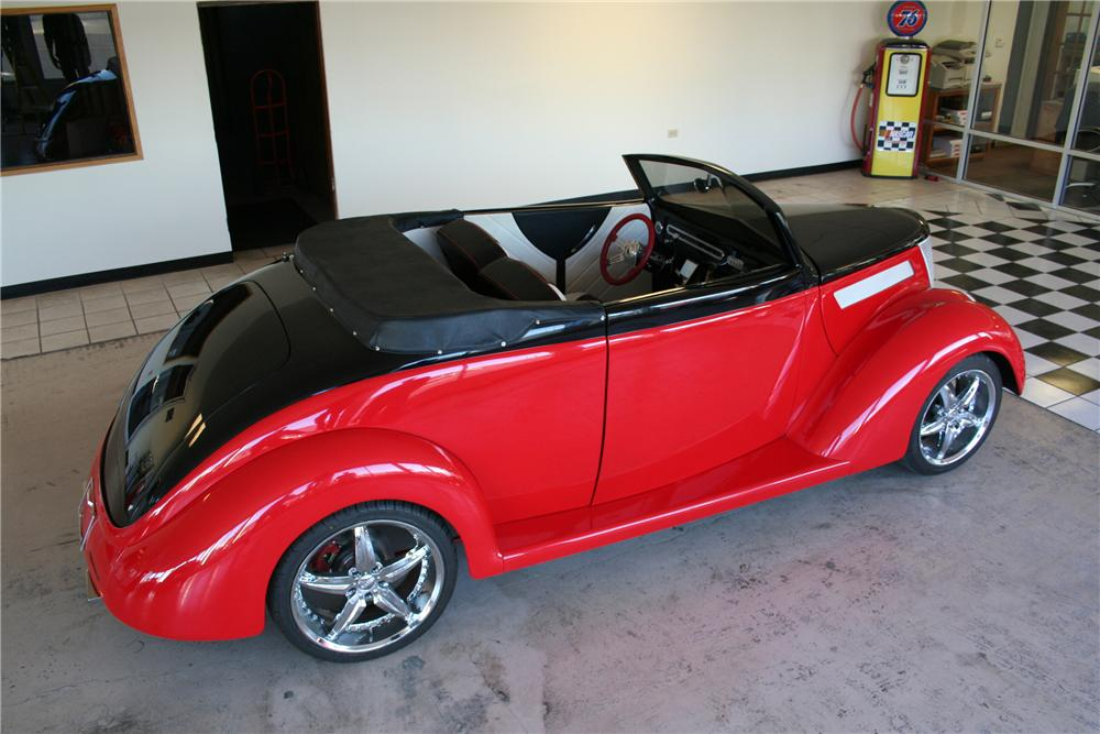1937 FORD CUSTOM 2 DOOR CONVERTIBLE - Rear 3/4 - 82378