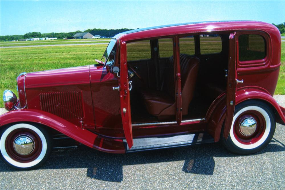 1932 FORD CUSTOM 4 DOOR SEDAN - Side Profile - 88892