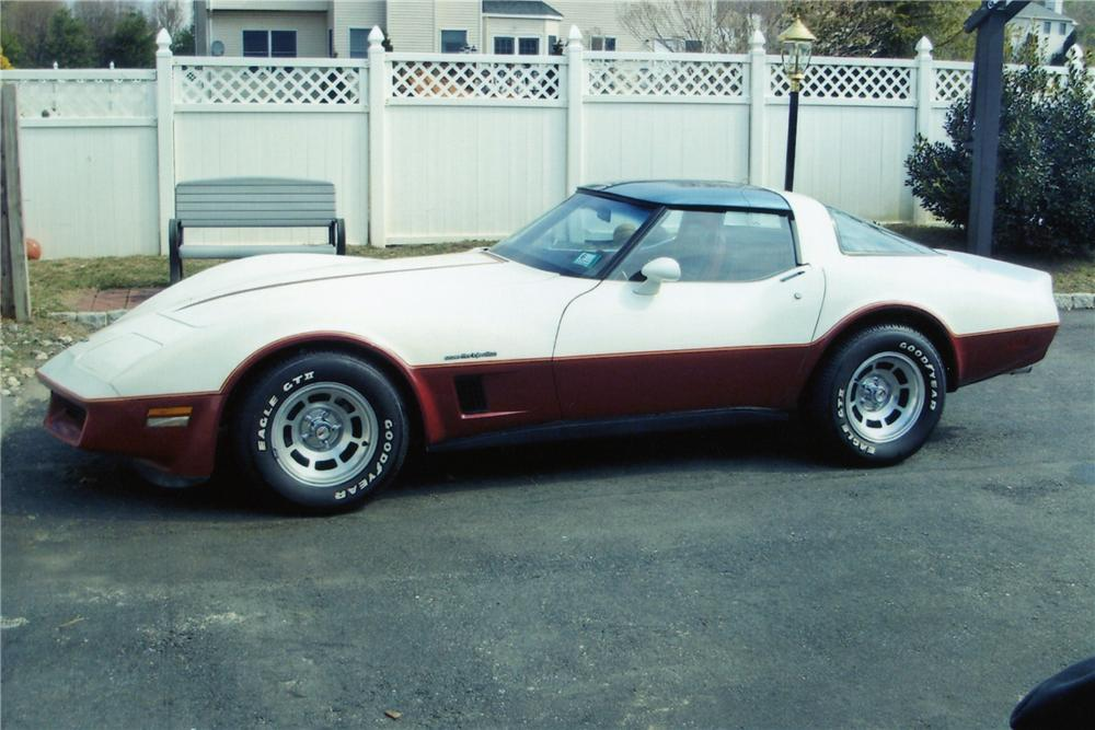 1982 CHEVROLET CORVETTE 2 DOOR COUPE - Front 3/4 - 89329
