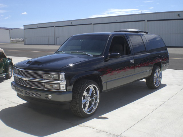 1999 CHEVROLET SUBURBAN CUSTOM SUV - Side Profile - 93640